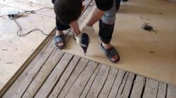 Как правильно выровнять деревянный пол под ламинат?