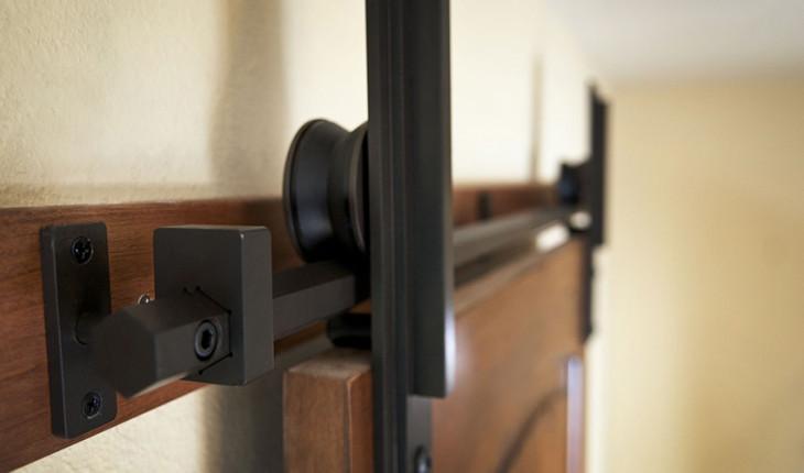 Как самому установить роликовую дверь в шкаф купе. Инструкция по применению