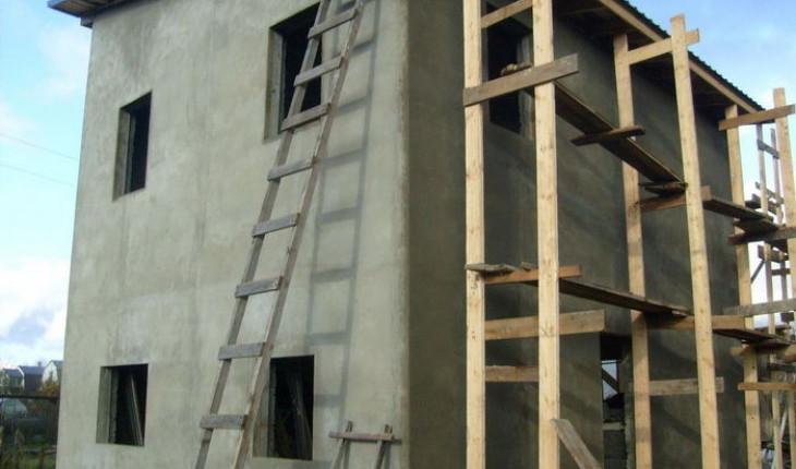 Простой способ утепления каменного дома с применением строительных лесов