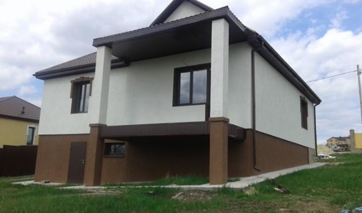 Загородная недвижимость в виде дома с цокольным этажом