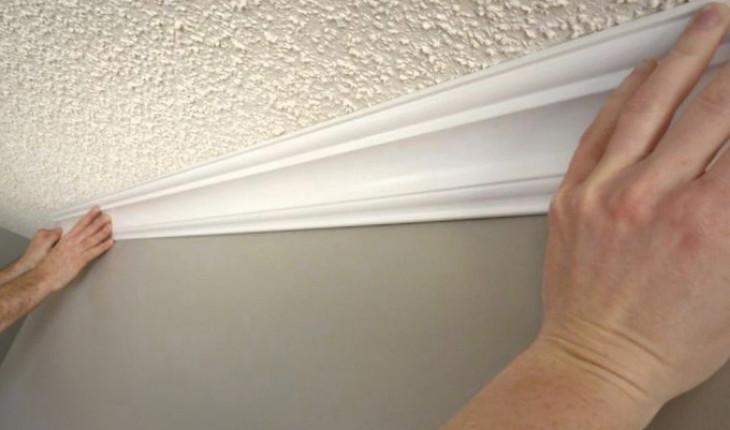 Правильно наклеиваем плинтус на потолок