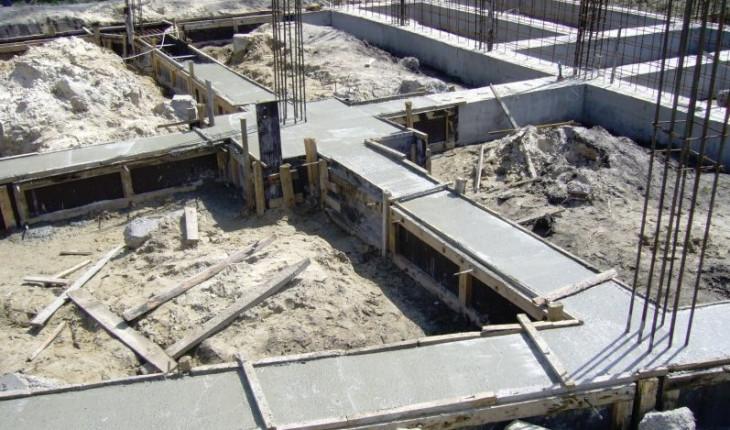 Укладка бетона и заливка в опалубку