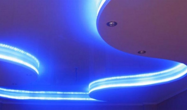 Неоновая подсветка потолка – фантастический цвет в вашей комнате