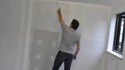 Подготавливаем стены для поклейки обоев