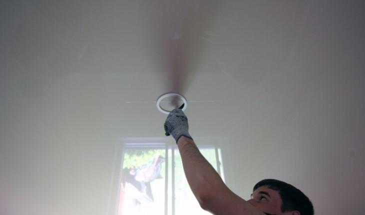 Как сделать отверстие в натяжном потолке