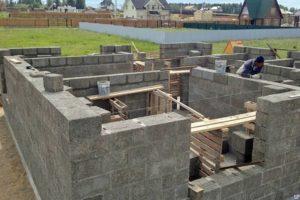 Бетонные блоки в коттеджном строительстве