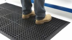 Диэлектрический коврик: применение и свойства